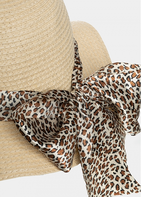 Beige hat with leopard foulard